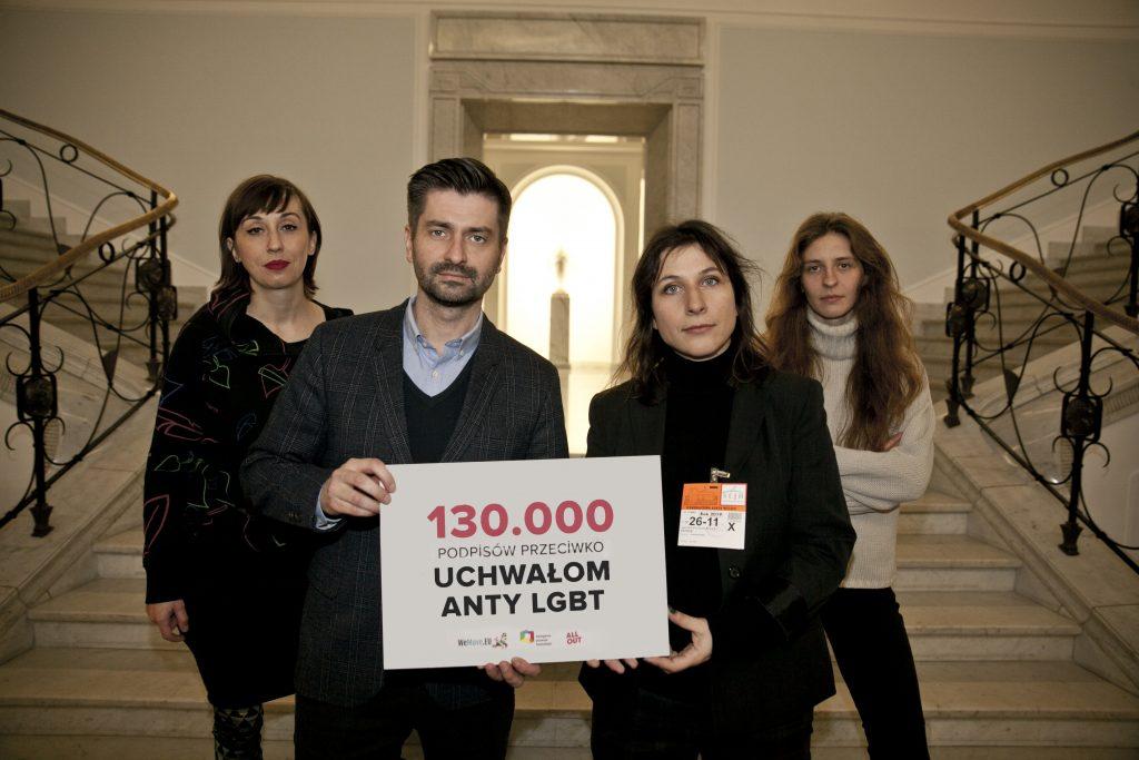 Zjęcie przedstawia Krzysztofa Śmiszka i Magdalenę Świider trzymających tabliczkę z napisem: 130.000 podpisów przeciwko uchwałom anty-LGBT.